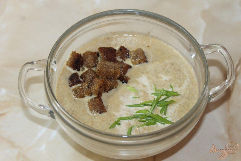 Фото приготовление рецепта: Крем-суп из грибов с ржаными чесночными гренками шаг №7