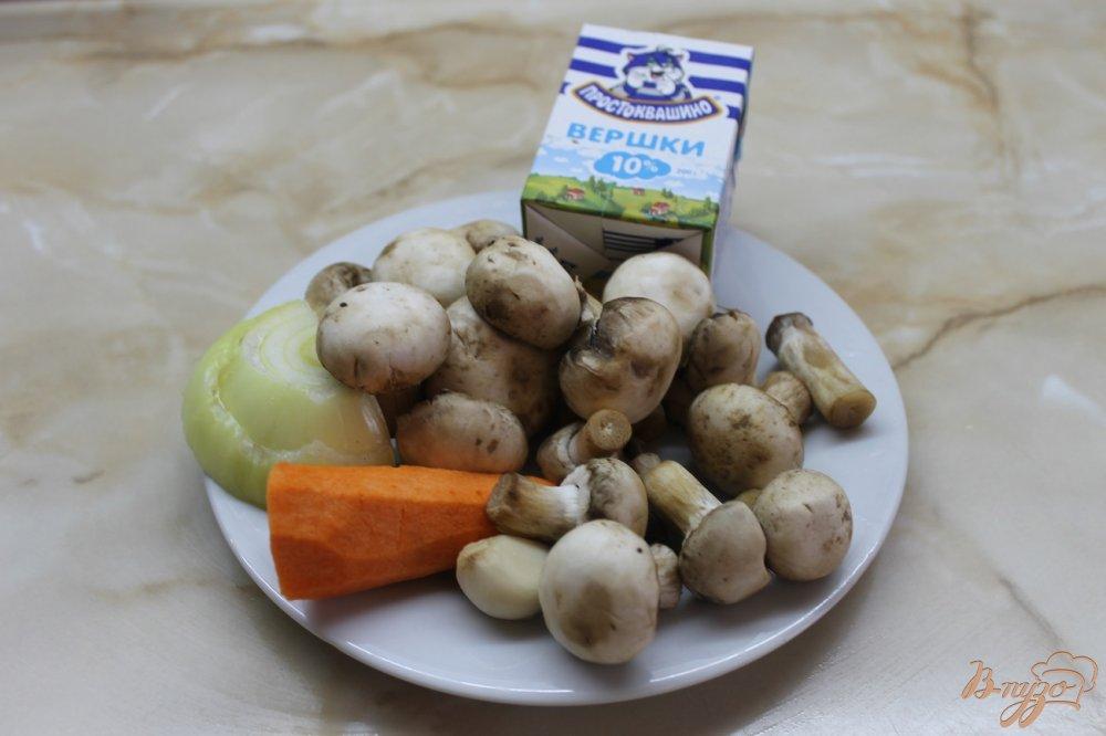 Фото приготовление рецепта: Крем-суп из грибов с ржаными чесночными гренками шаг №1
