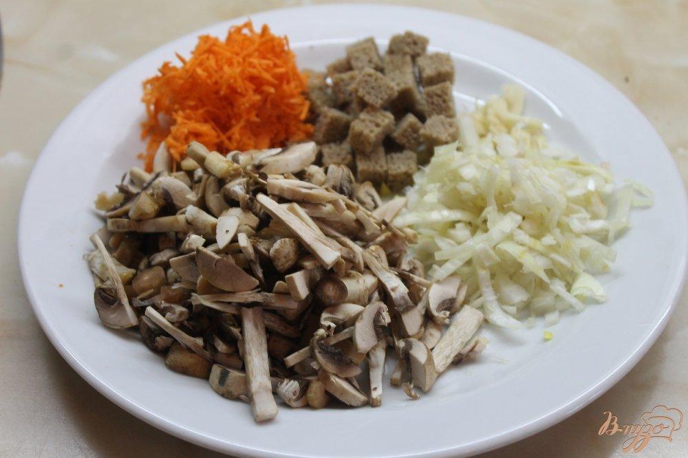 Фото приготовление рецепта: Крем-суп из грибов с ржаными чесночными гренками шаг №2