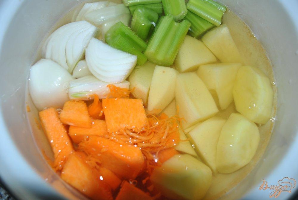 Фото приготовление рецепта: Суп-крем с брюссельской капустой и артишоками шаг №2