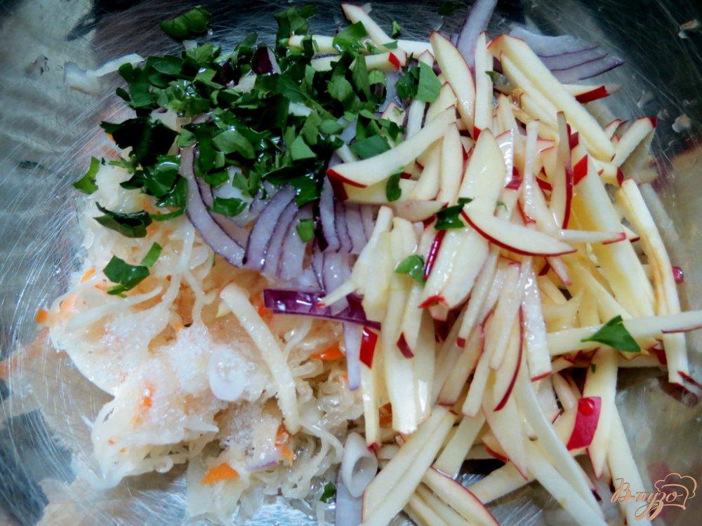 Фото приготовление рецепта: Витаминный зимний салат шаг №4