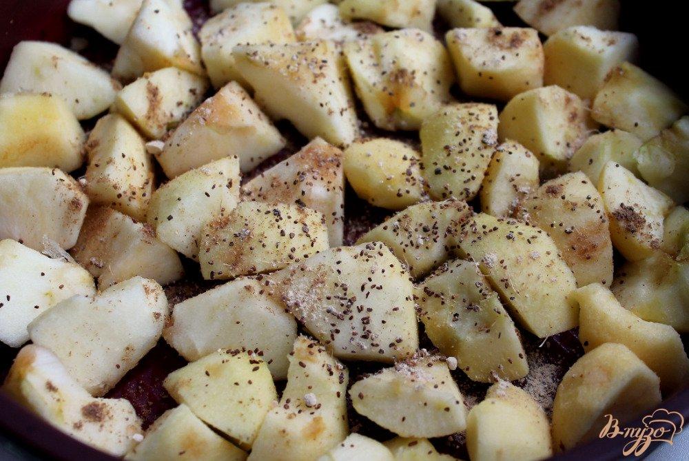 Фото приготовление рецепта: Овсяный пирог с яблоками шаг №5