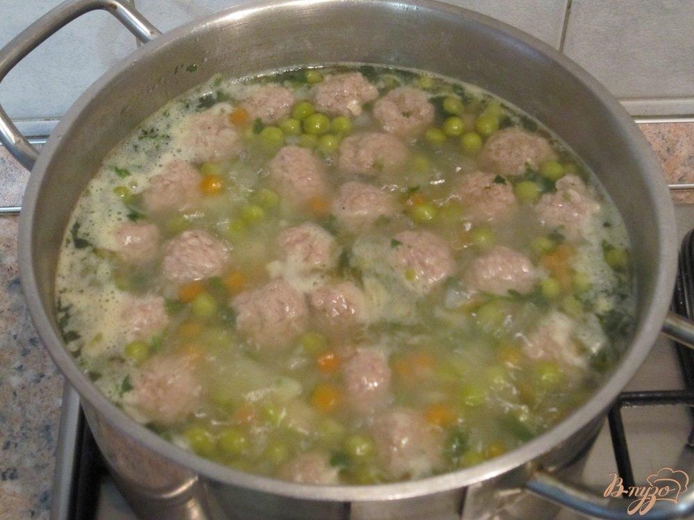 Фото приготовление рецепта: Суп с фрикадельками и зеленым горошком шаг №8