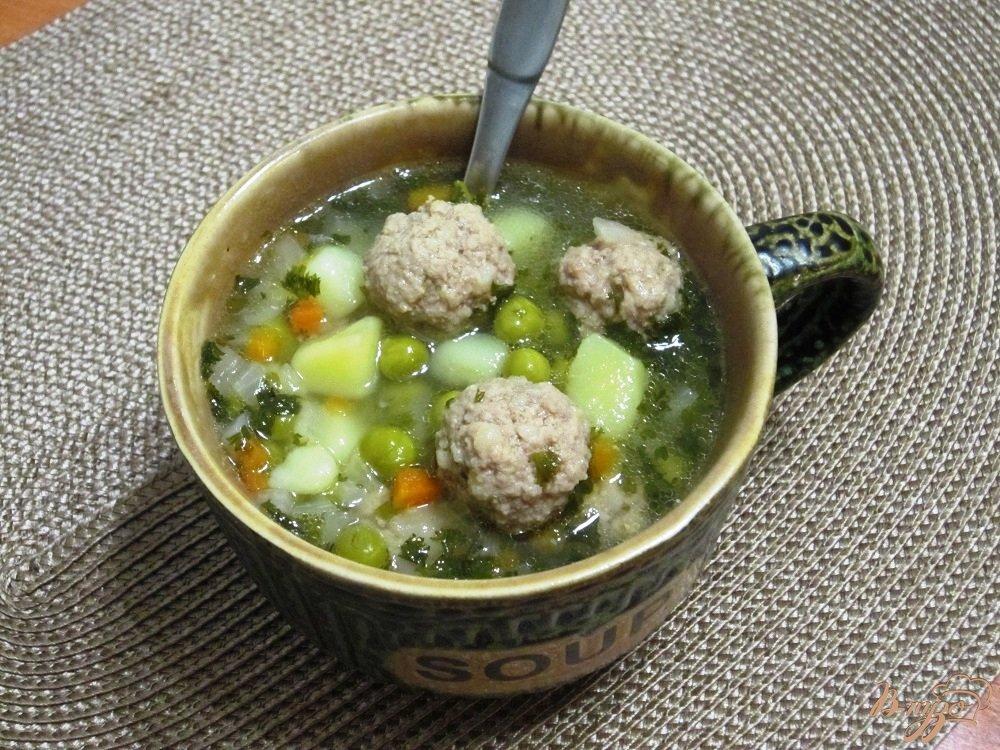 Фото приготовление рецепта: Суп с фрикадельками и зеленым горошком шаг №9