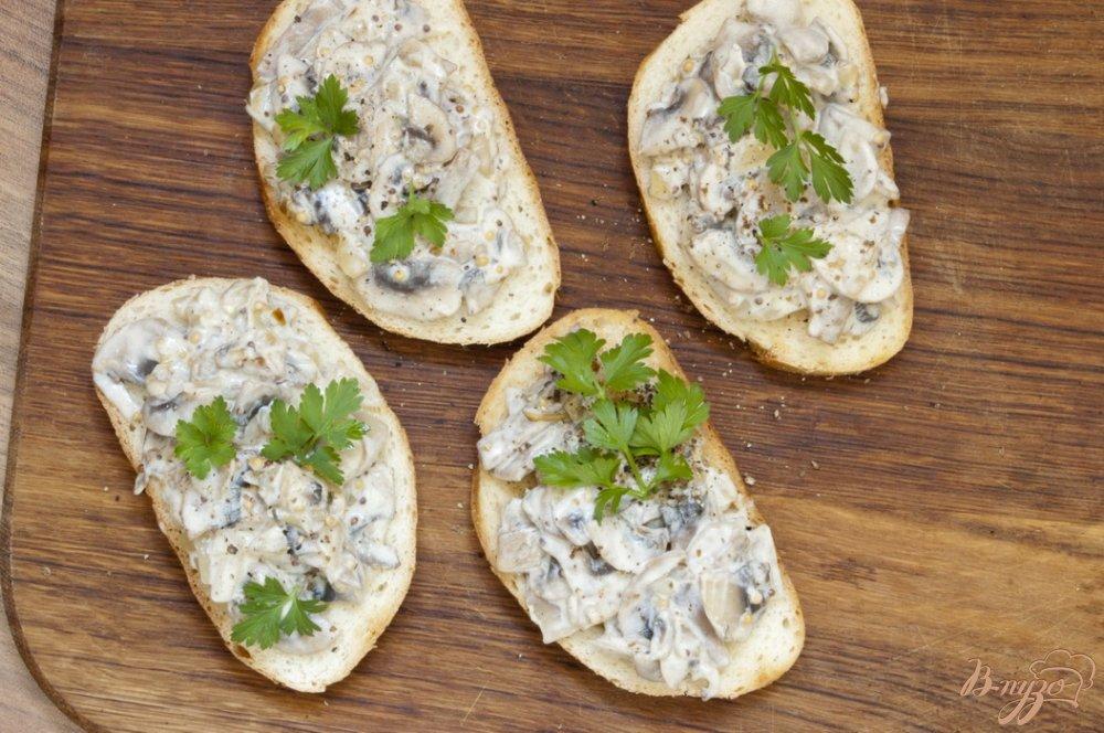 Фото приготовление рецепта: Сэндвич с шампиньонами шаг №6