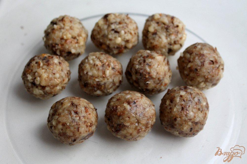 Фото приготовление рецепта: Ореховые конфеты с медом шаг №3