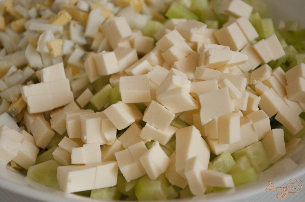 Фото приготовление рецепта: Салат с картофелем и плавленым сырком шаг №4