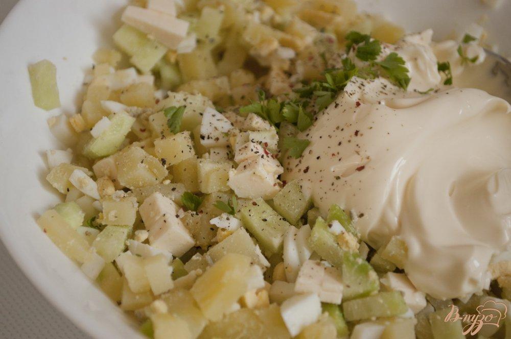 Фото приготовление рецепта: Салат с картофелем и плавленым сырком шаг №5