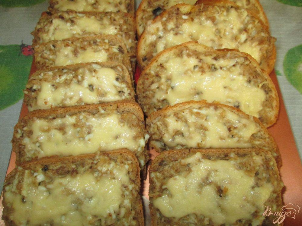 Фото приготовление рецепта: Горячие бутерброды с сайрой шаг №11