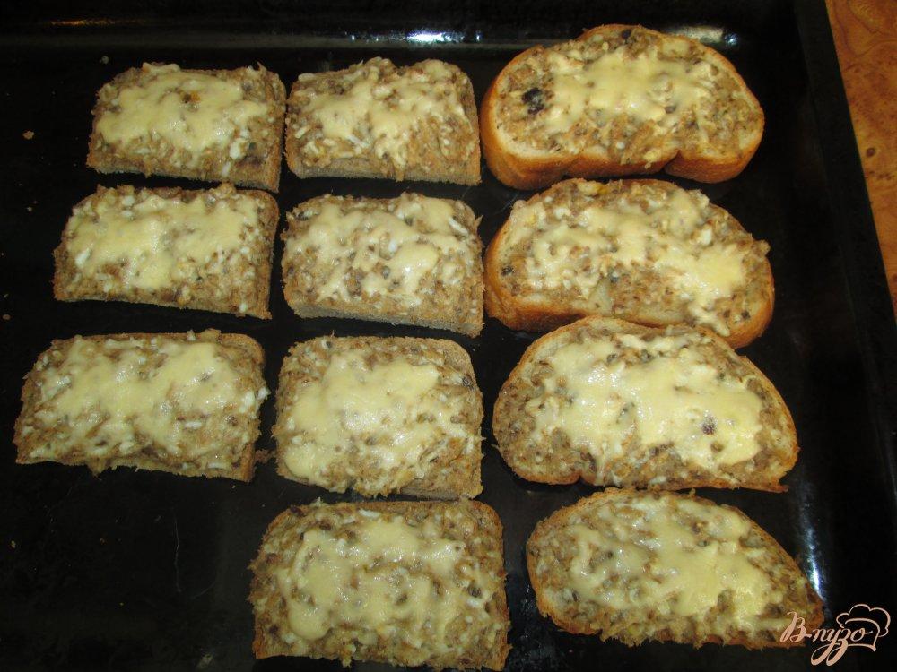 Фото приготовление рецепта: Горячие бутерброды с сайрой шаг №10