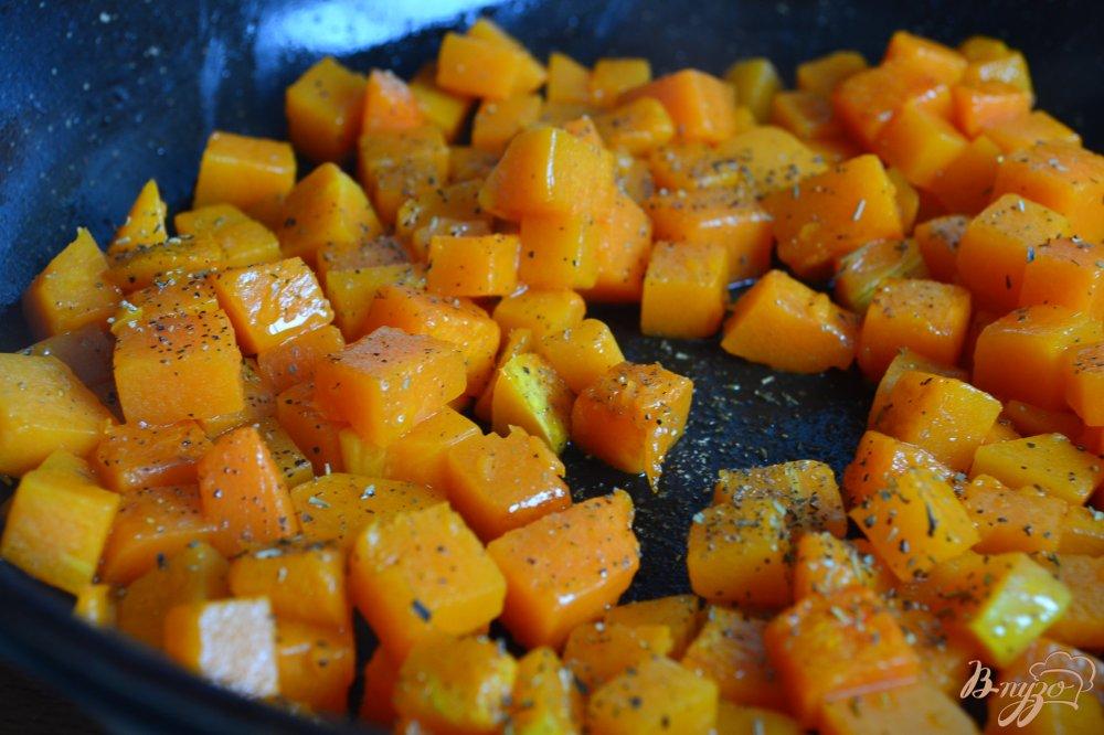Фото приготовление рецепта: Салат с тыквой , моцареллой и виноградом шаг №2