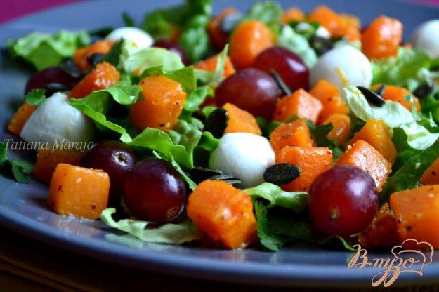 фото рецепта: Салат с тыквой , моцареллой и виноградом