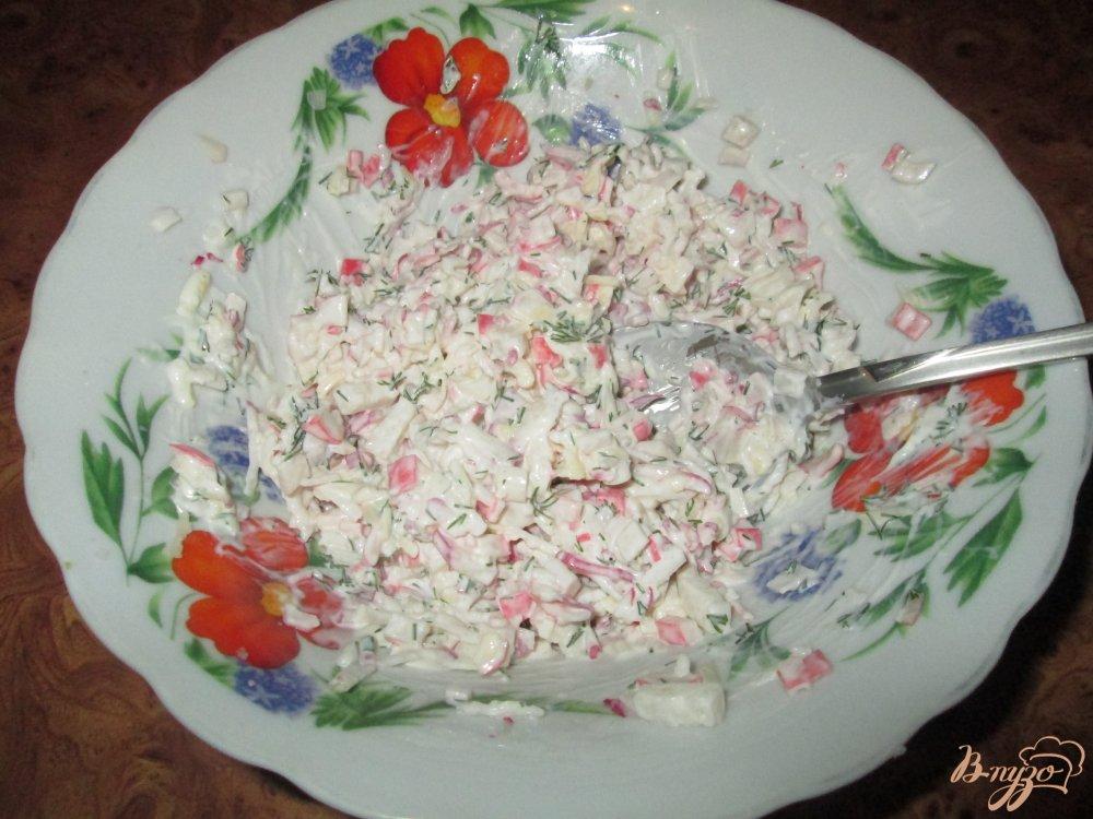 Фото приготовление рецепта: Тапас с редисом и крабовыми палочками шаг №5