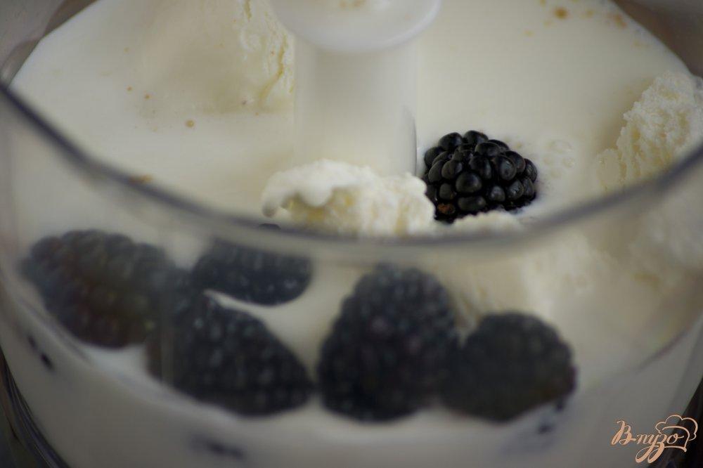 Фото приготовление рецепта: Молочный коктейль с ежевикой шаг №3