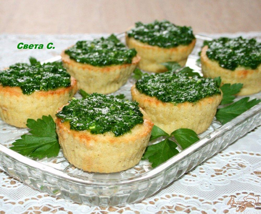 Фото приготовление рецепта: Кабачковые маффины с кедровыми орешками с соусом
