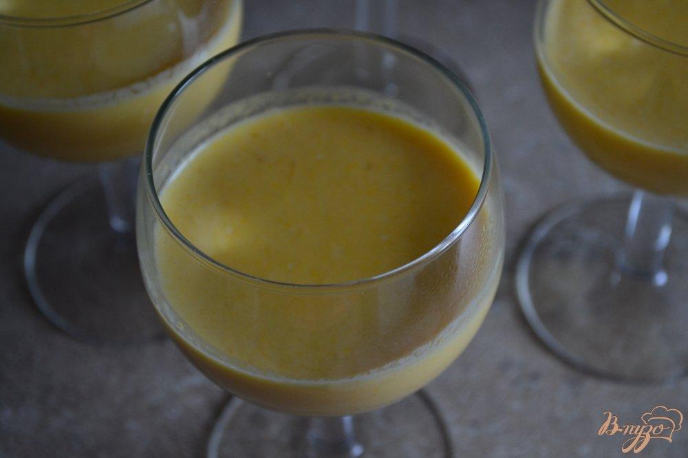 Фото приготовление рецепта: Манговая панна котта с медовым желе шаг №4