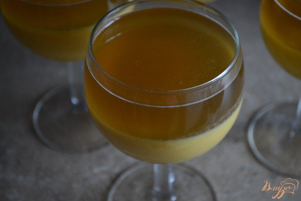 Фото приготовление рецепта: Манговая панна котта с медовым желе шаг №6