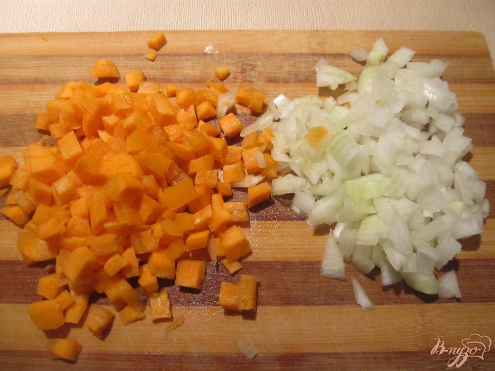 Фото приготовление рецепта: Томатный суп с горошком шаг №2