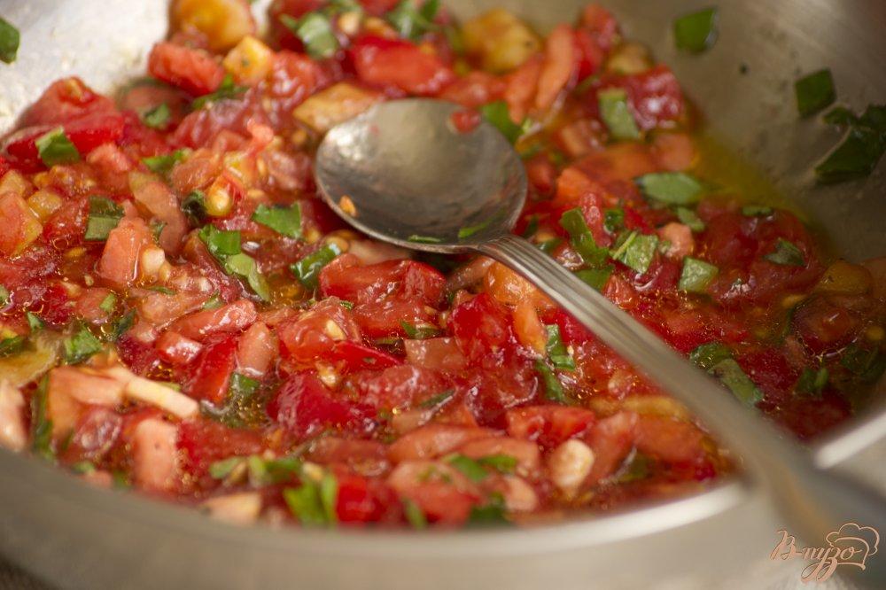 Фото приготовление рецепта: Брускетта с помидорами шаг №4