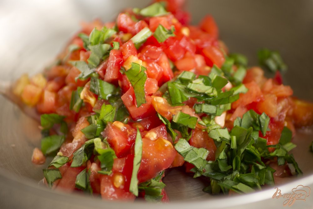 Фото приготовление рецепта: Брускетта с помидорами шаг №2
