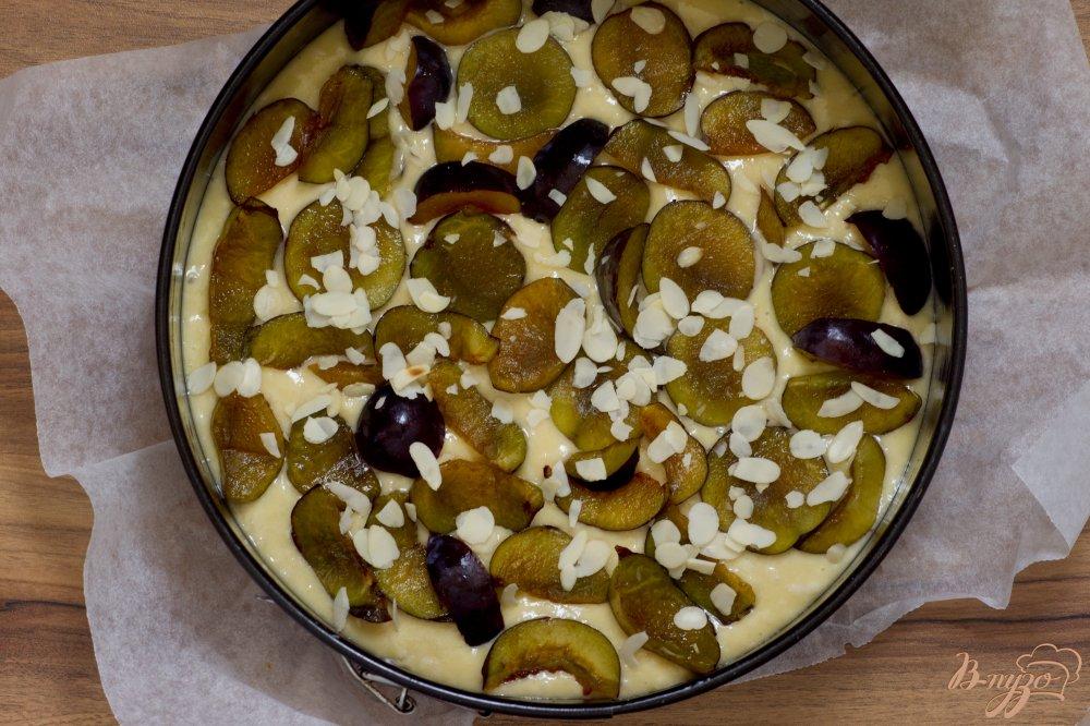 Фото приготовление рецепта: Пирог со сливами и миндальными лепестками шаг №7