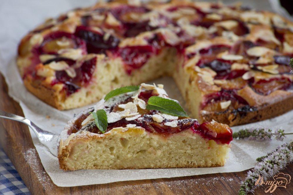 Фото приготовление рецепта: Пирог со сливами и миндальными лепестками шаг №9