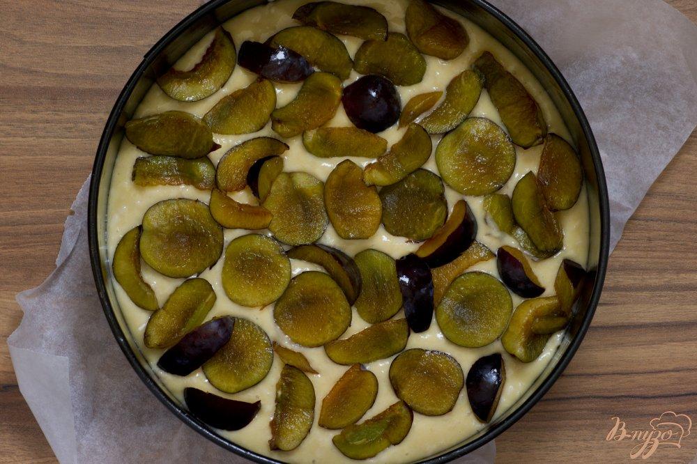 Фото приготовление рецепта: Пирог со сливами и миндальными лепестками шаг №6