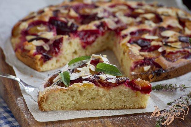 фото рецепта: Пирог со сливами и миндальными лепестками