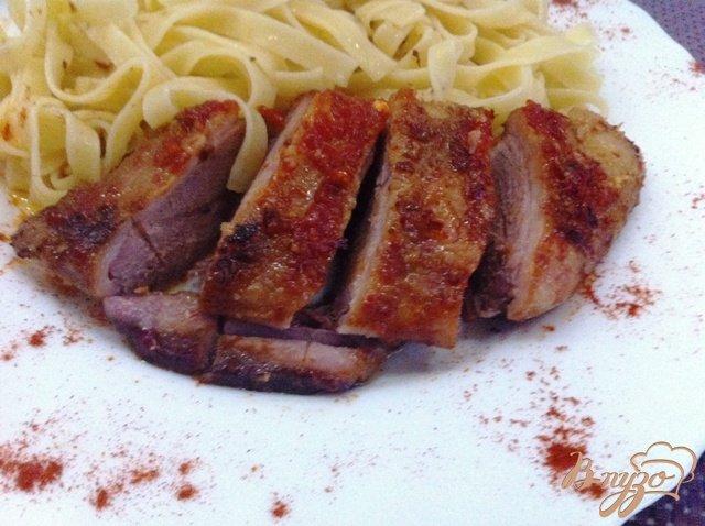 Фото приготовление рецепта: Утиная грудка с острым соусом чили и медом шаг №10