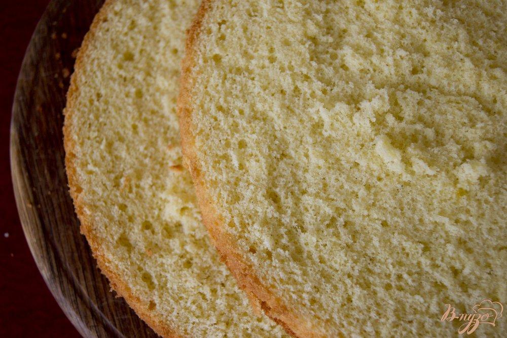 Фото приготовление рецепта: Бисквитный торт с заварным кремом шаг №7