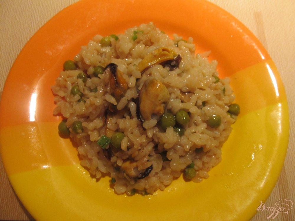 Фото приготовление рецепта: Рис с мидиями и зеленым горошком шаг №7