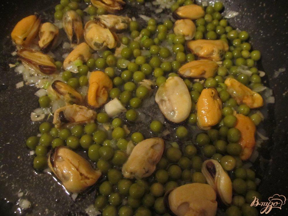 Фото приготовление рецепта: Рис с мидиями и зеленым горошком шаг №5