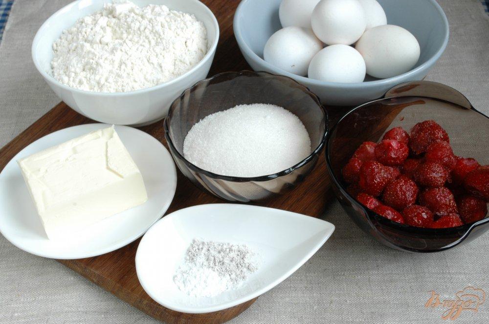 Фото приготовление рецепта: Ароматный пирог с клубникой шаг №1