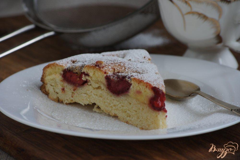Фото приготовление рецепта: Ароматный пирог с клубникой шаг №8