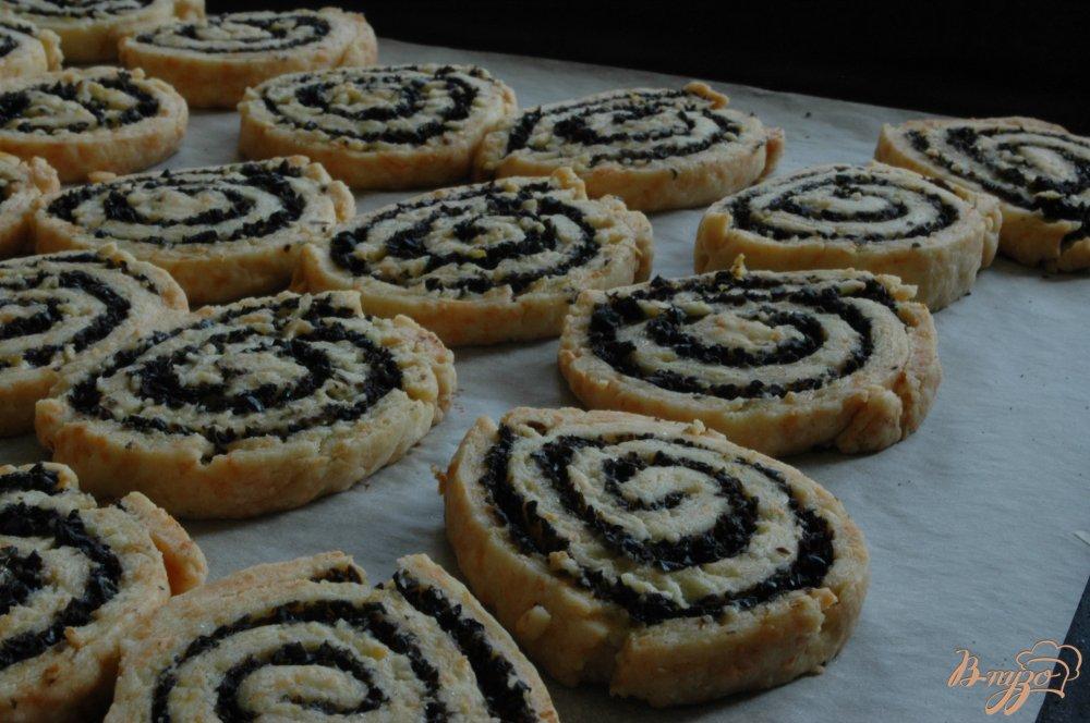 Фото приготовление рецепта: Сырное печенье с маслинами и лимоном шаг №13