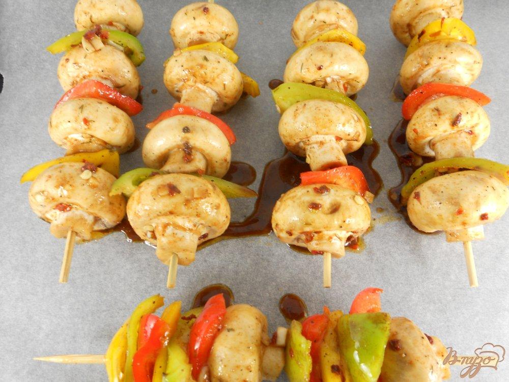 Фото приготовление рецепта: Шашлычки из шампиньонов со сладким перцем в духовке шаг №3