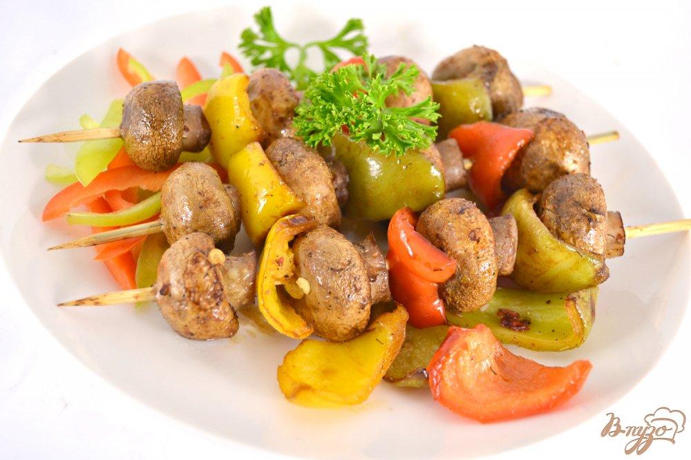 Фото приготовление рецепта: Шашлычки из шампиньонов со сладким перцем в духовке шаг №4