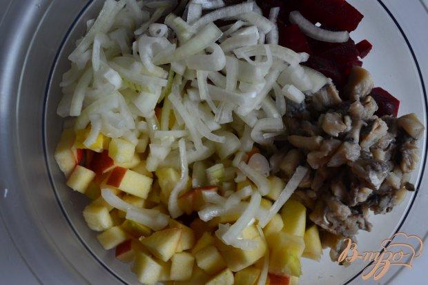 Салат со свеклой, яблоком и сельдью
