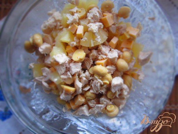 Салат с курицей, ананасом и грибами