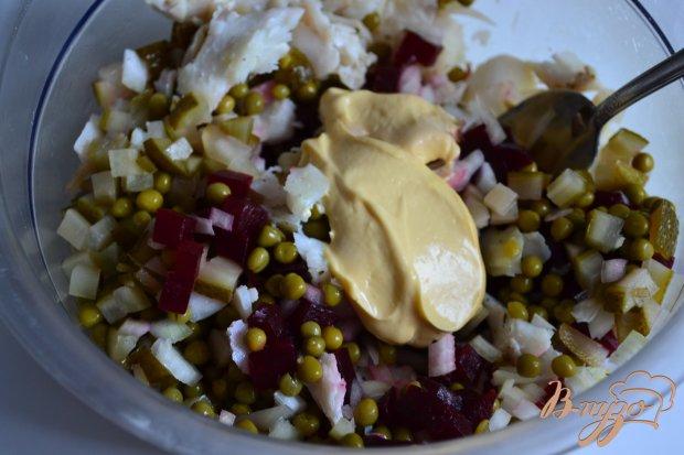 Рыбный салат со свеклой и зеленым горошком