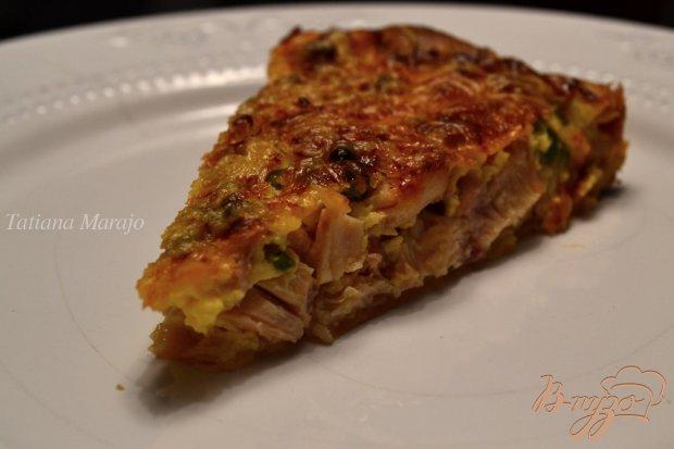 Открытый пирог с копченой курицей и зеленым горошком