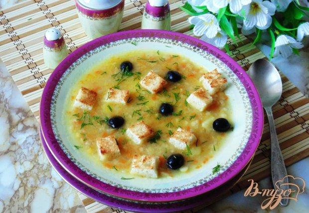 Постный гороховый суп с гренками и маслинами