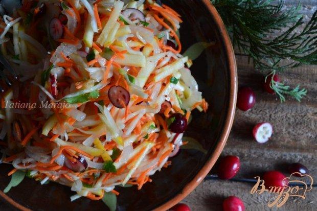 Овощной салат с яблоком и свежей клюквой