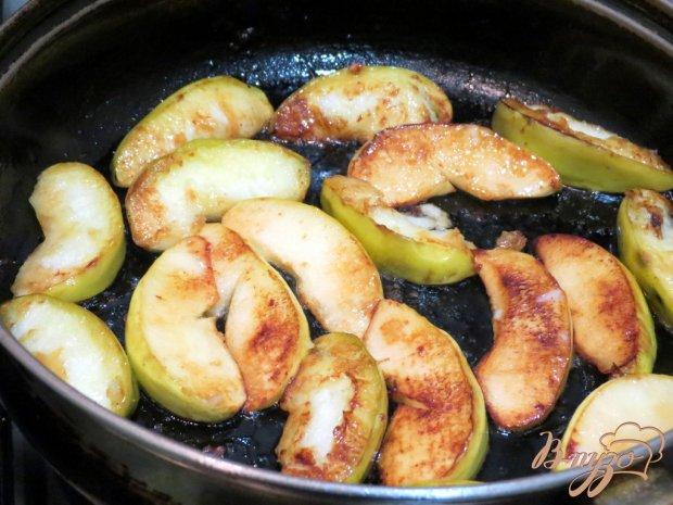 Печень с яблоками и луком.