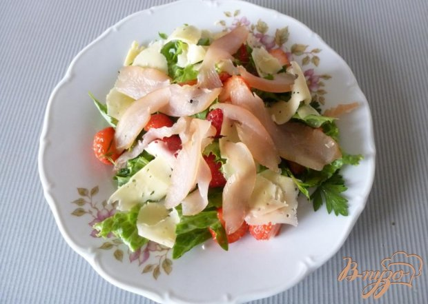 Салат из сырокопченого мяса и клубники