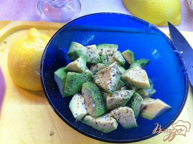 Салат из авокадо, куриного филе и ананаса