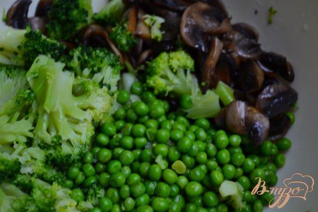 Грибной салат с зеленым горошком и брокколи