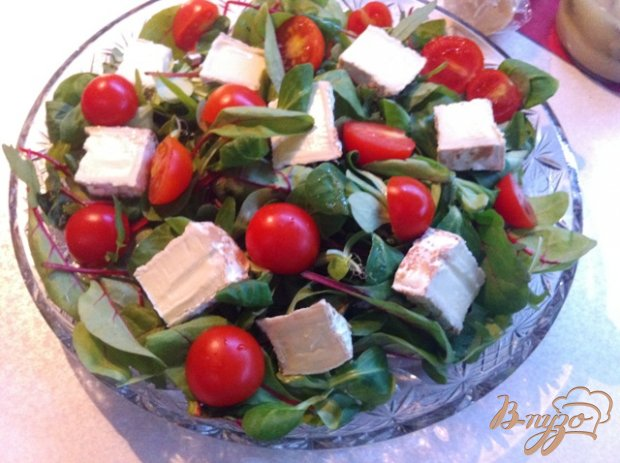 Салат с овощами, сыром и креветками фламбе.