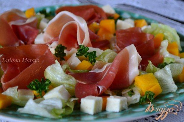 Салат с манго , моцареллой и сухой ветчиной