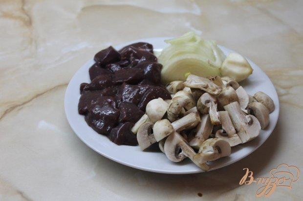 Печень из свинины запеченная с грибами, луком и сыром в сметанном соусе
